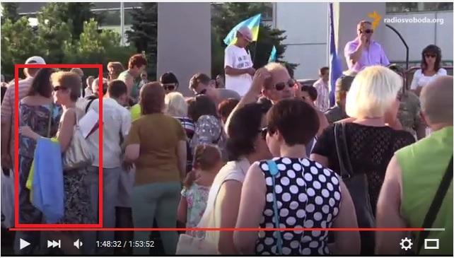 женщина с флагом на руке из видеосюжета Радио Свобода