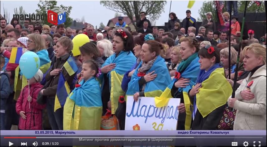 участники митинга с флагами на плечах