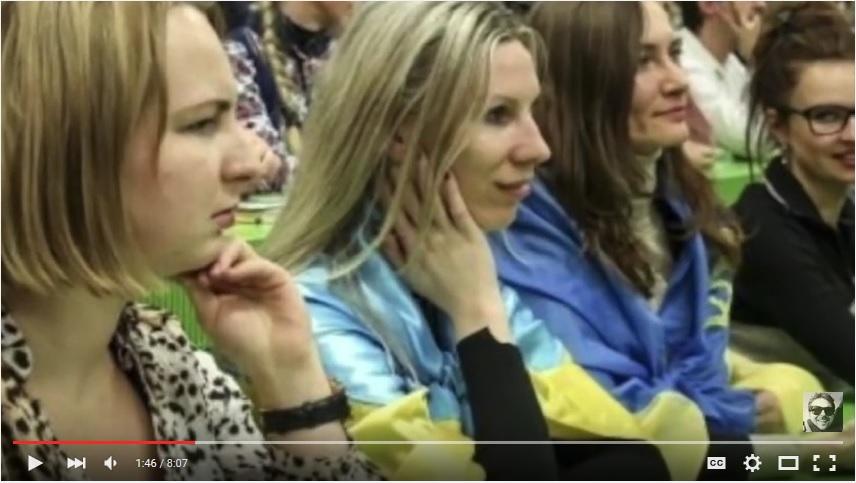 девушки с украинским флагом