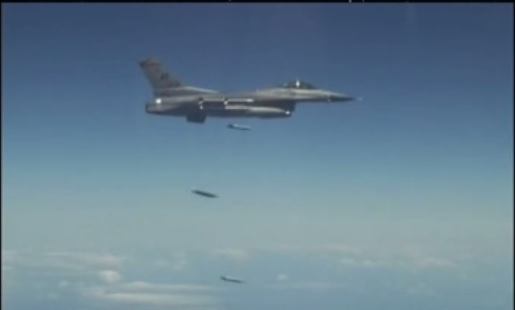 F-16 сбрасывает бомбы GBU-39