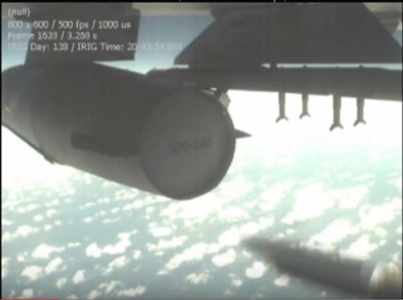 самолет сбрасывает бомбу малого диаметра