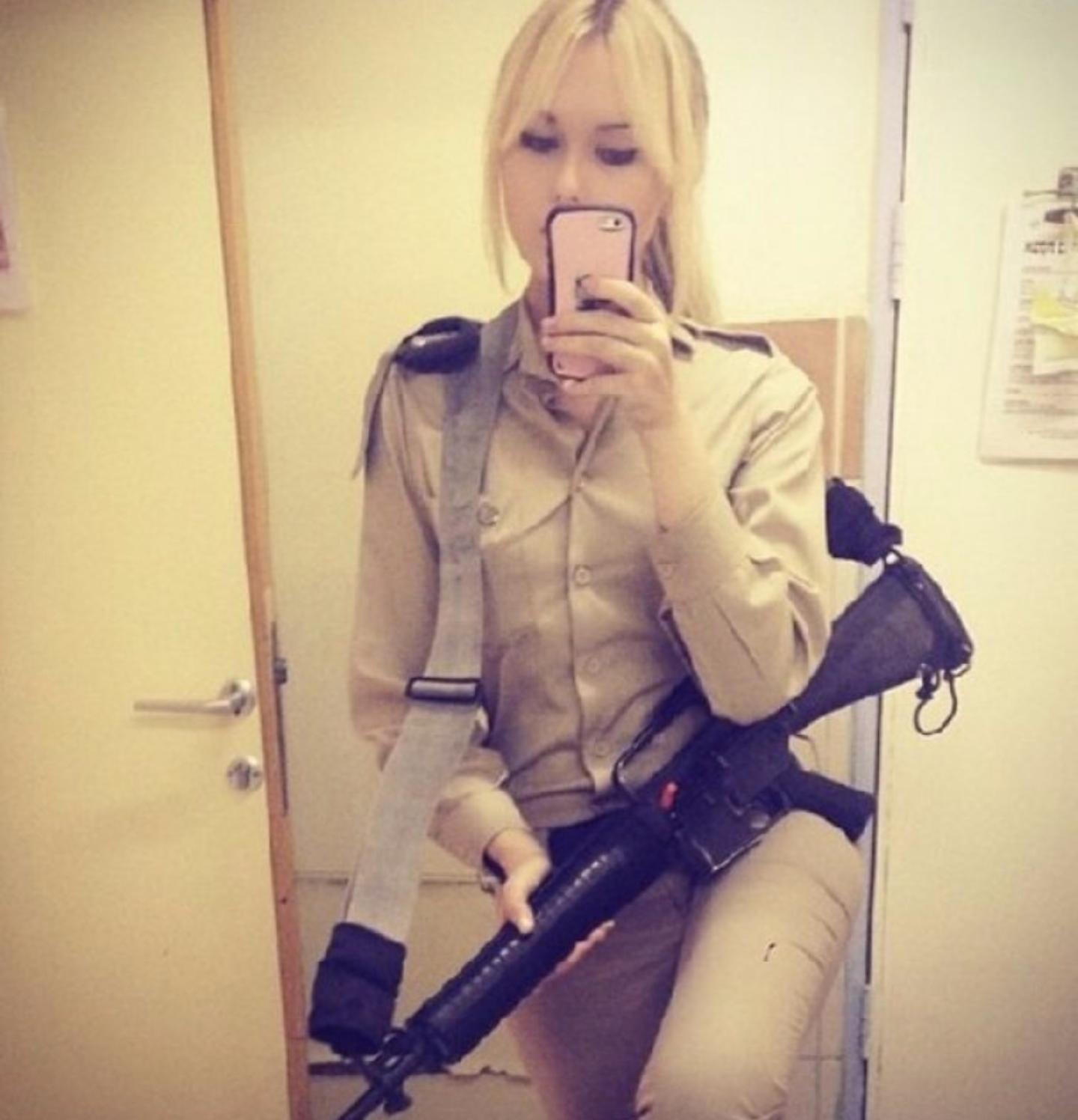 Сексуальные девушки в армии 11 фотография
