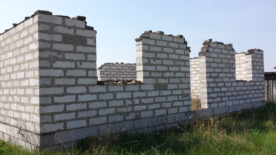 законсервированное строение из газосиликатных блоков 1