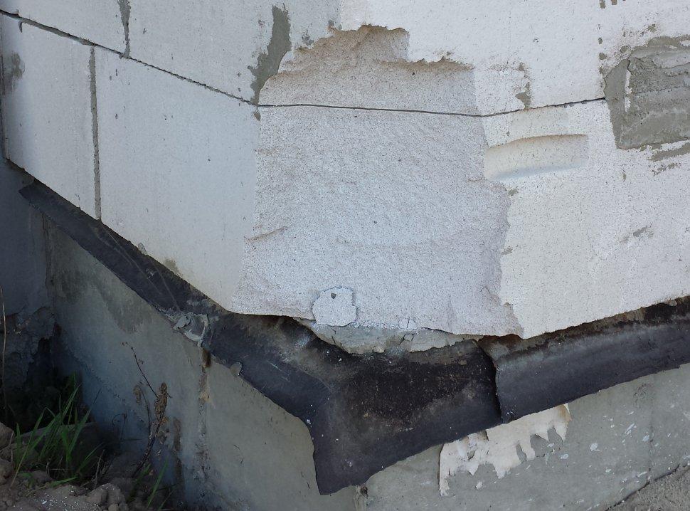 стена с отколотым куском