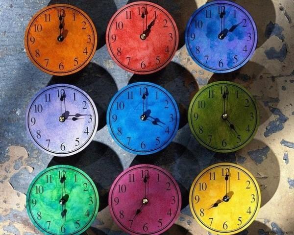 разноцветные часы по поясам