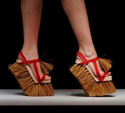 Женские ножки и между ними, шлюха предлагает потрахаться