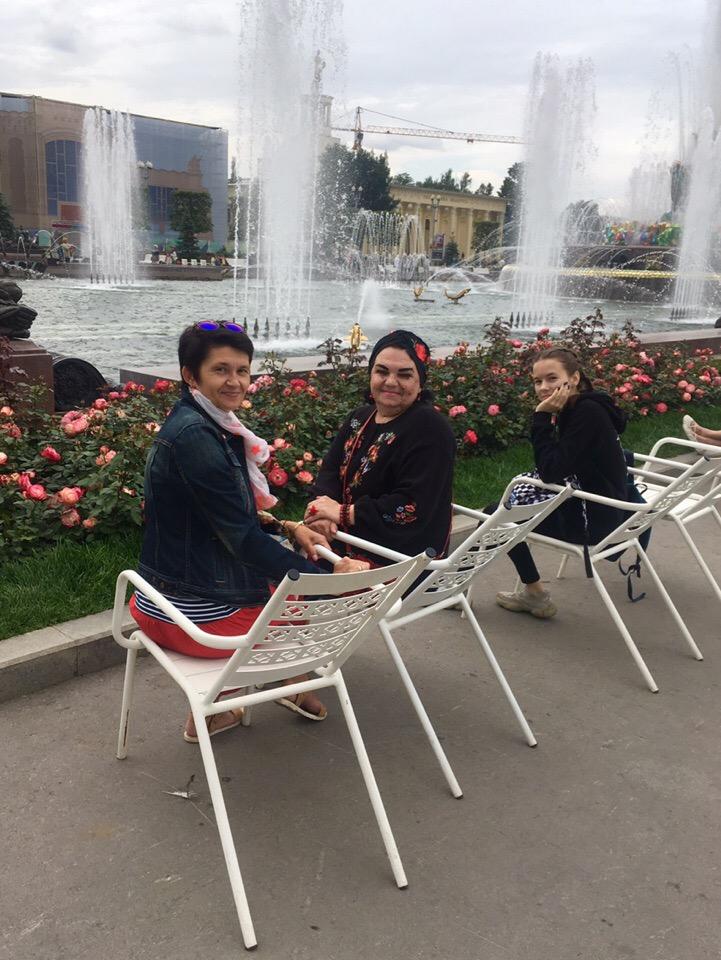 я,моя сестра и племяшка возле фонтана