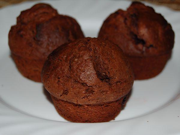 Шоколадные маффины с черешней