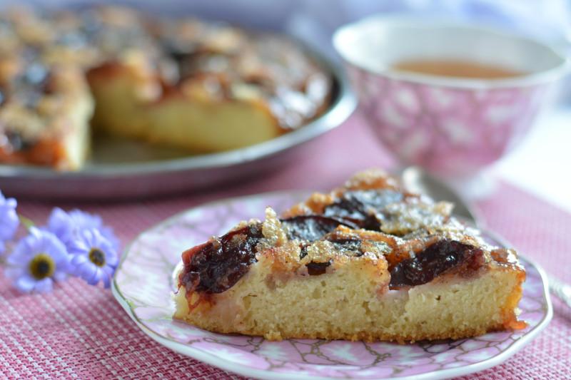 Этот из вид французского тарта выпекается «вниз головой», а при подаче переворачивается на сервировочное блюдо.