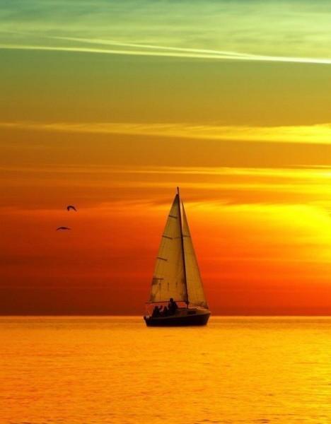 золотой закат и яхта