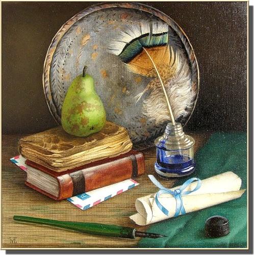 книги и перо на столе