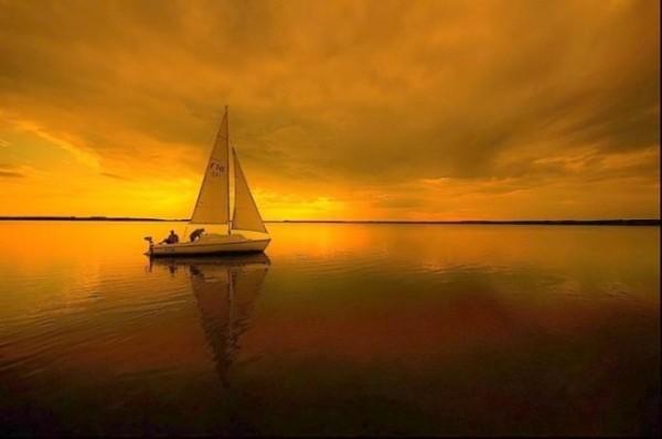 желтый закат и яхта