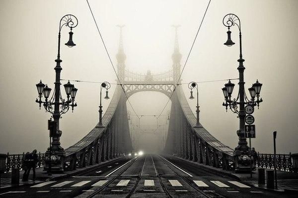 мост и фонари в тумане