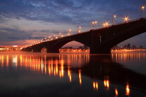 мост с горящими фонарями