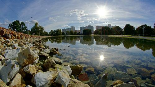 отражение камней в воде