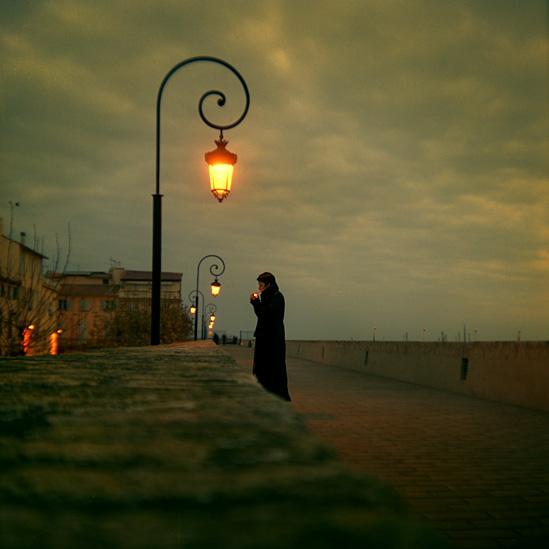 В тоскливом свете фонаря
