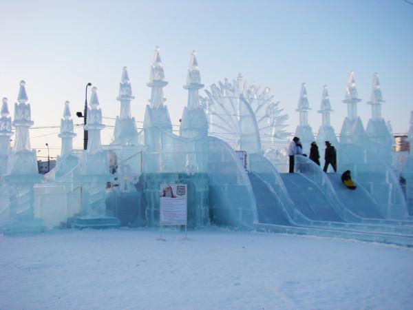 У входа в парк - ледяная крепость и горка