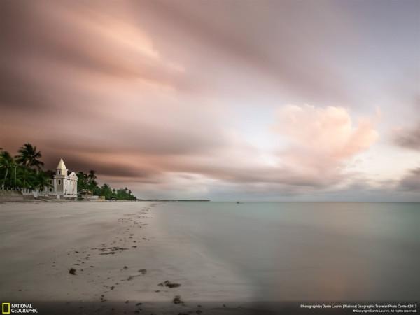 бело-розовый пляж