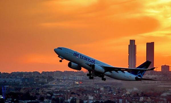 оранжевый закат и самолет