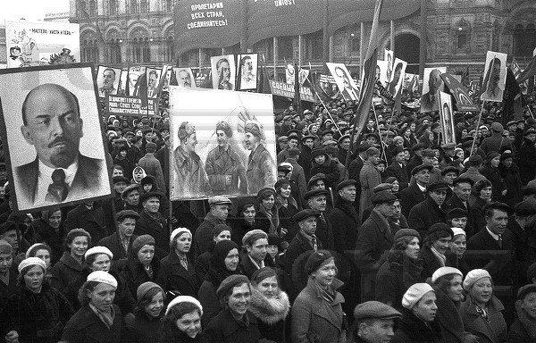 7 ноября флаги у людей 2
