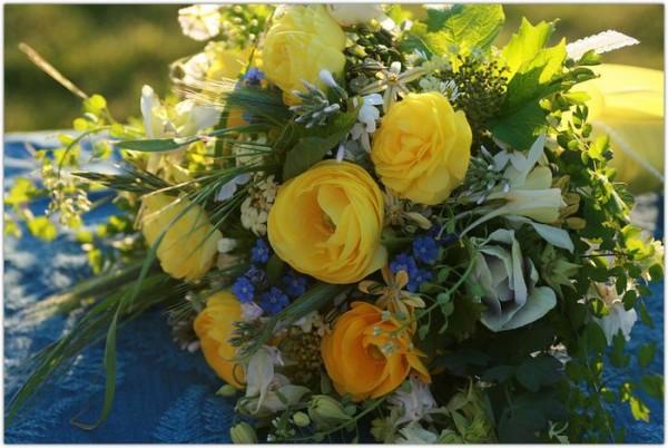желт.розы с сине-белыми цветами
