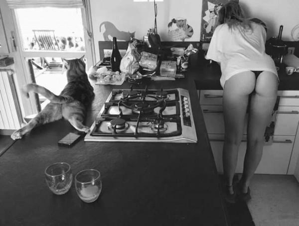 близнецы-сестры на кухне