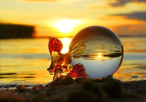 стеклянная рыбка и шар у моря
