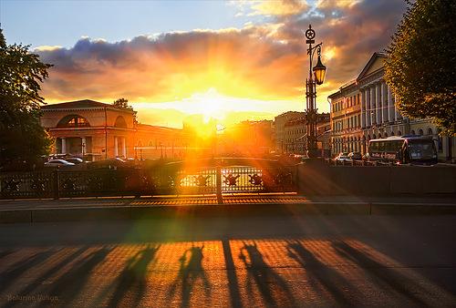 желтый закат в городе
