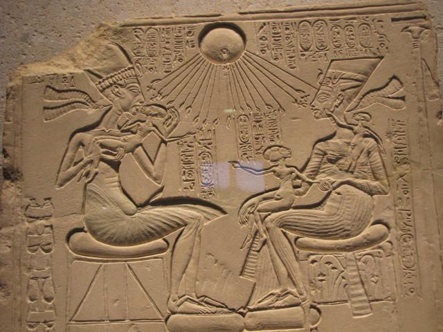 Эхнатон и Нефертити с дочерьми.
