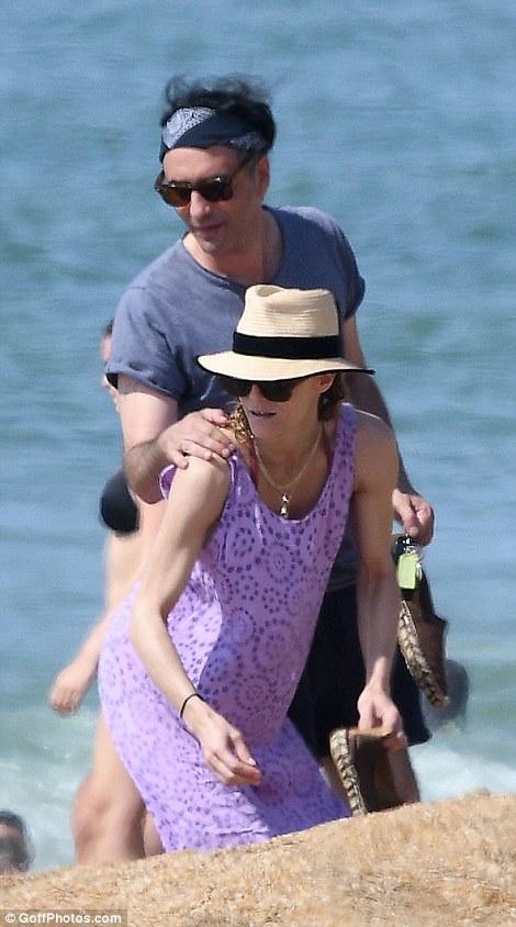 Ванесса Паради проводит медовый месяц в Биаррице jack depp