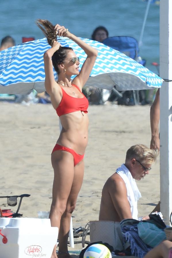 Алессандра Амбросио в бикини