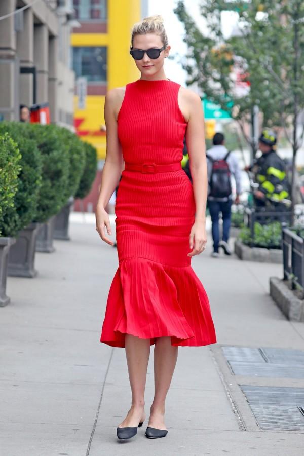 Lady in red: Карли Клосс в НЙ Карли, Клосс, четверг, улицах, Манхэттена