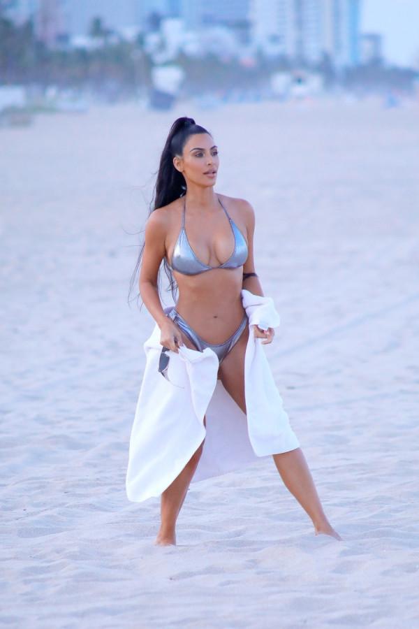 Ким Кардашян на пляже