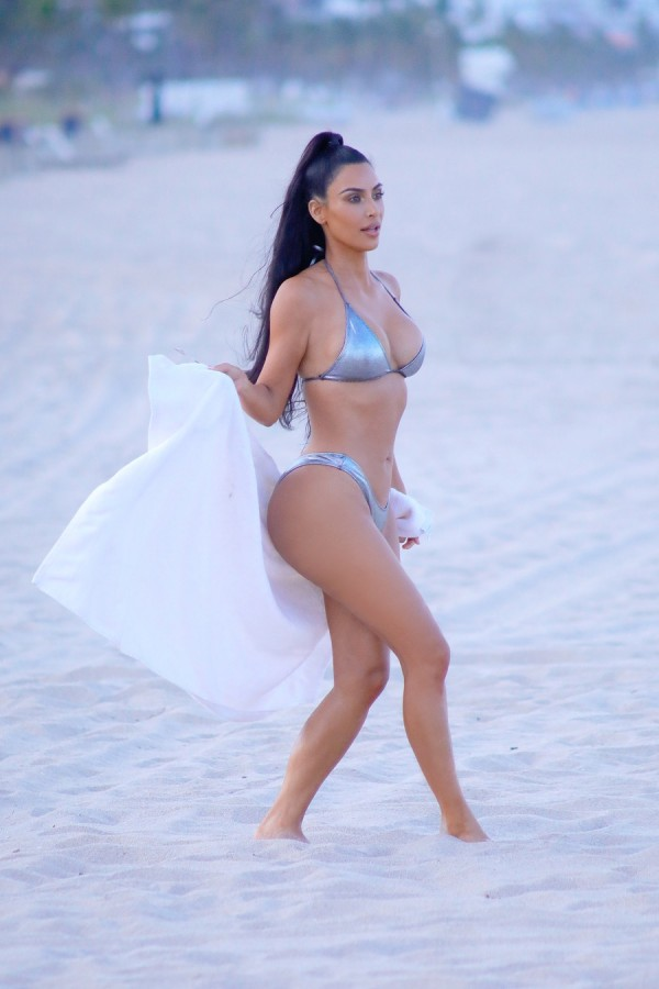 Ким Кардашян на пляже shooting
