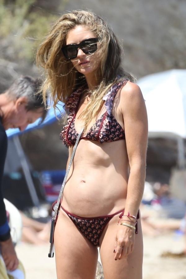 Ребекка Гейхарт на пляже