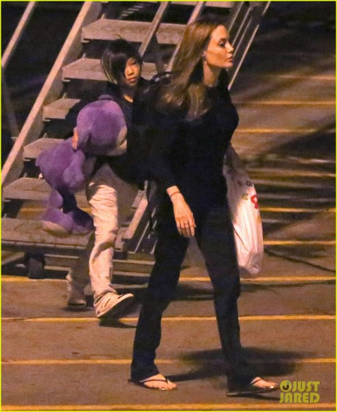 angelina-jolie-pax-lax-arrivial-after-un-meeting-03