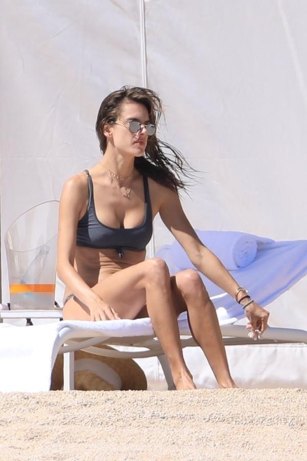 Алессандра Амбросио на отдыхе