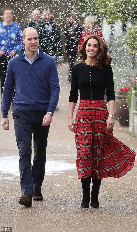 Королевская пара посетила рождественскую вечеринку праздников, мероприятия, военнослужащих, семей, Кипре, период, работающего, приближающихся, авиабазы, Акротири, угощения, время, детьми, посмотрели, познакомились, Уильям, украшения, королевской, изготавливают, стала