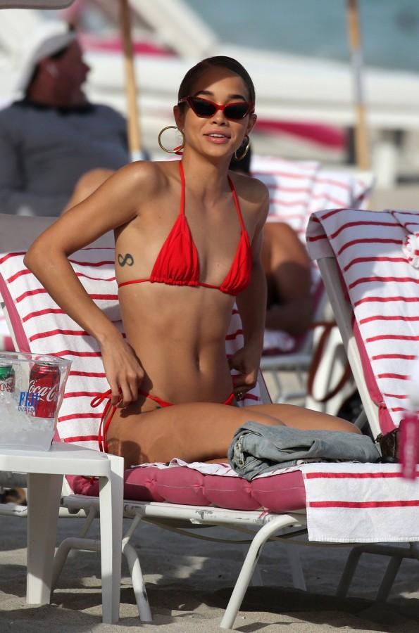 Джасмин Сандерс на пляже