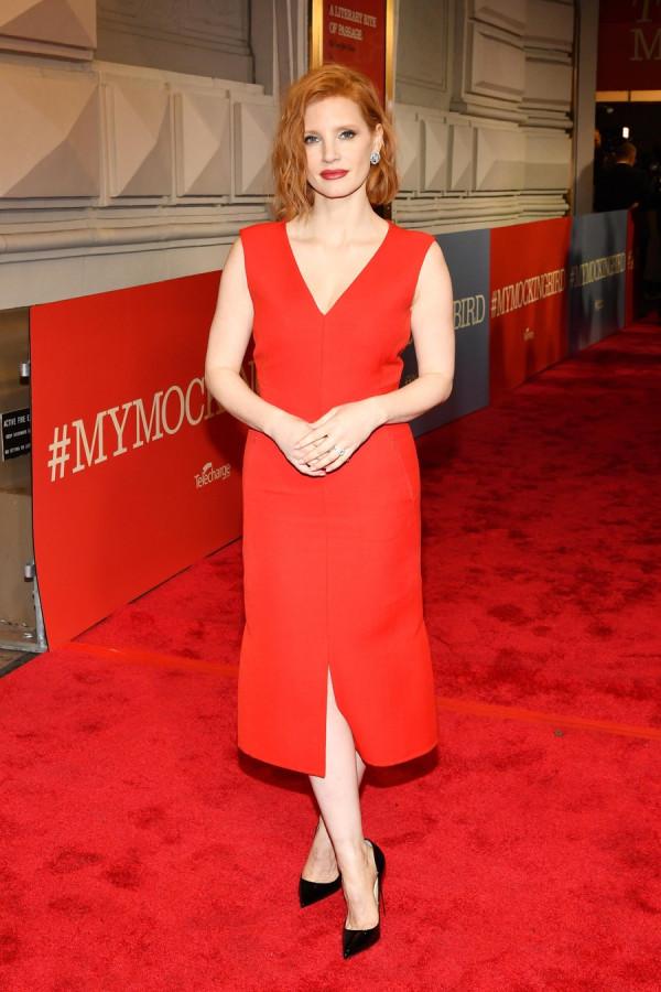 Lady in red: Джессика Честейн на Бродвее