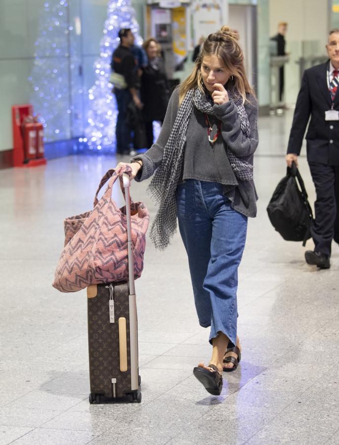 Сиенна Миллер в Heathrow