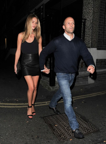 Rosie+Huntington+Jason+Statham+hold+hands+ocSLPhu_Ch9x