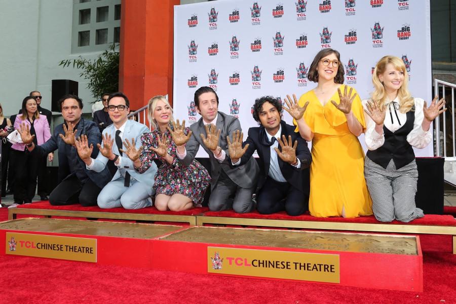 Актеры сериала «Теория большого взрыва» оставили свои отпечатки в Голливуде