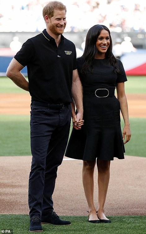 Меган Маркл и принц Гарри на бейсбольном матче