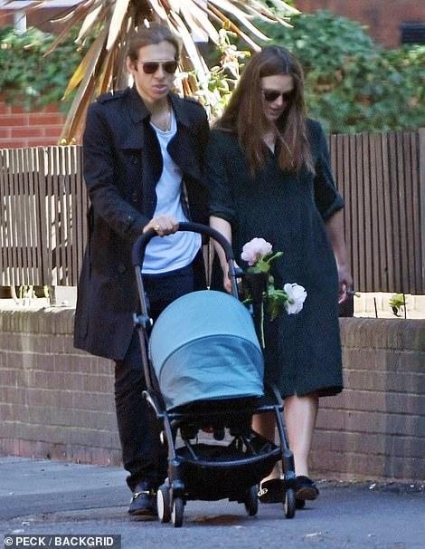 Кира Найтли с малышом на прогулке