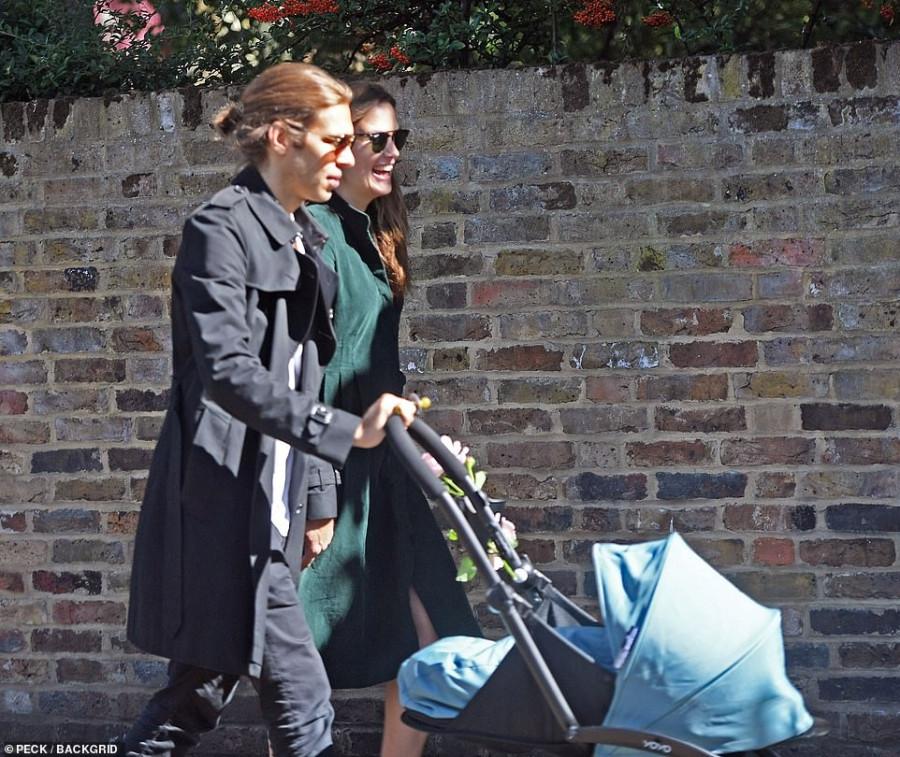 Кира Найтли с малышом на прогулке второй, Найтли, Париже, имени, Подробностей, коляской, прогулке, Лондоне, сфотографировали, мужем, сегодня, животик, виден, коллекции, Chanel, стала, новой, показе, появилась, тогда