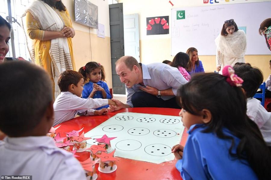 Герцоги Кембриджские в Пакистане Teach, Уильям, отправились, встретились, первый, установили, 🌳Затем, герцоги, пакистанский, национальный, МаргаллахХилз, местными, исследователями, помощью, камерой, ловушку, системе, семьи, леопарда, детенышей