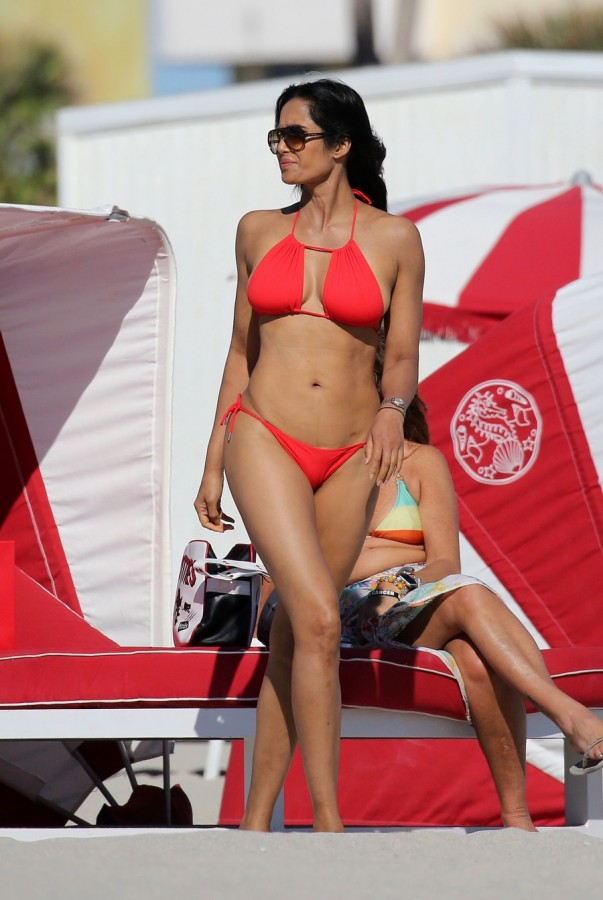 Падма Лакшми на пляже