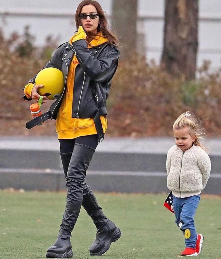 Повседневный лук: известная модель Ирина Шейк прогулялась улочками Нью-Йорка с дочерью