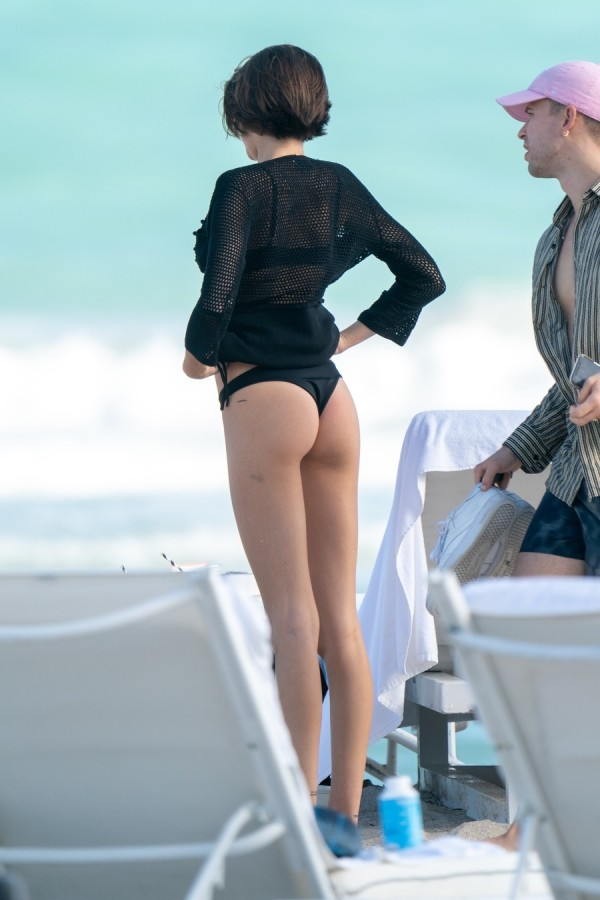 Кайя Гербер на пляже